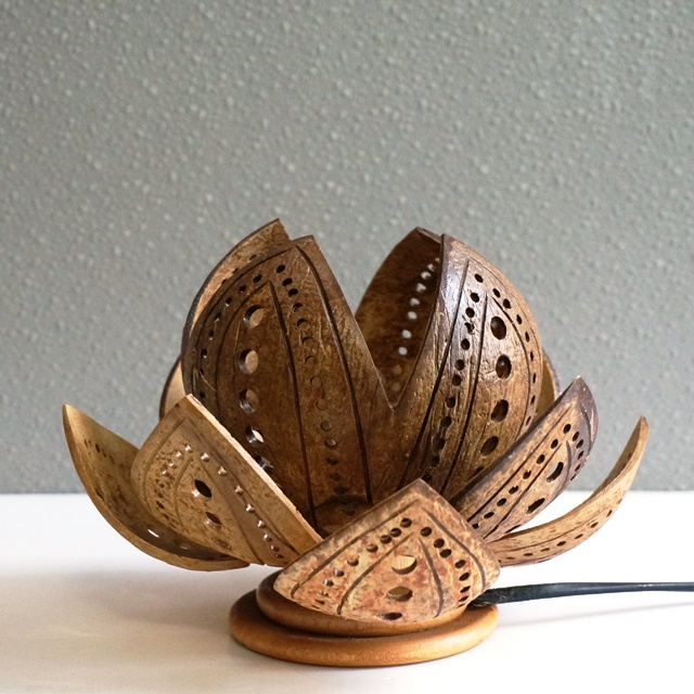 ココナッツの殻のランプ