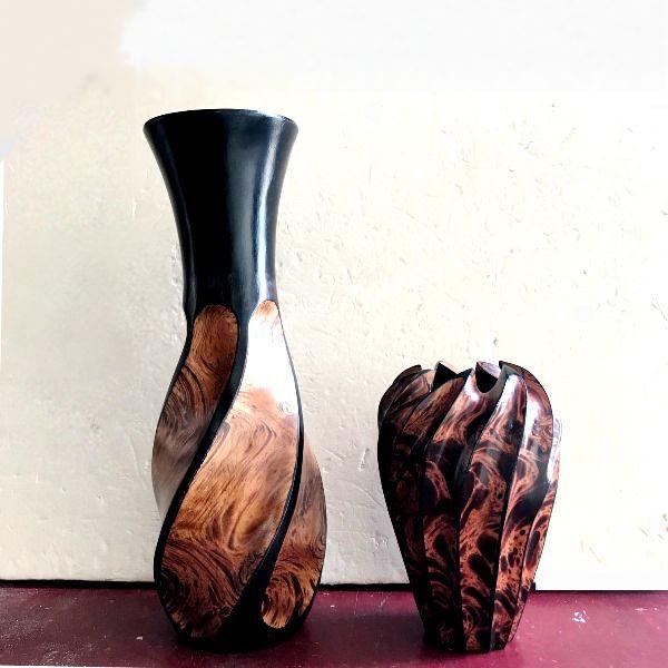 木製の手彫りの花瓶