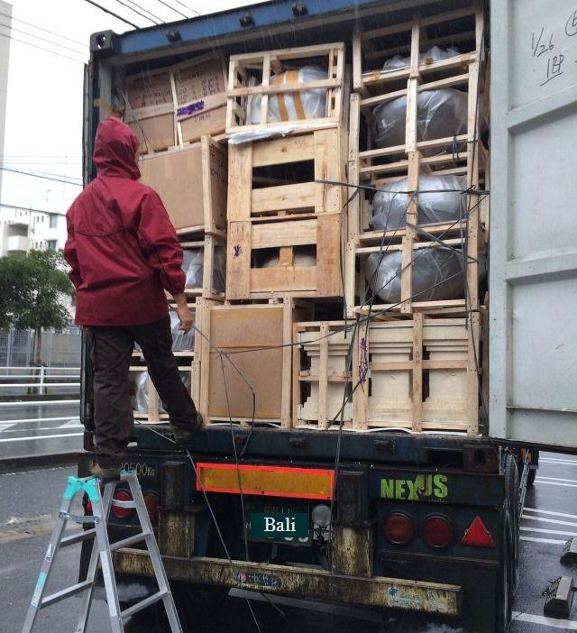 バリ島からコンテナ到着! 雨の中荷物を下ろす(^_^;)