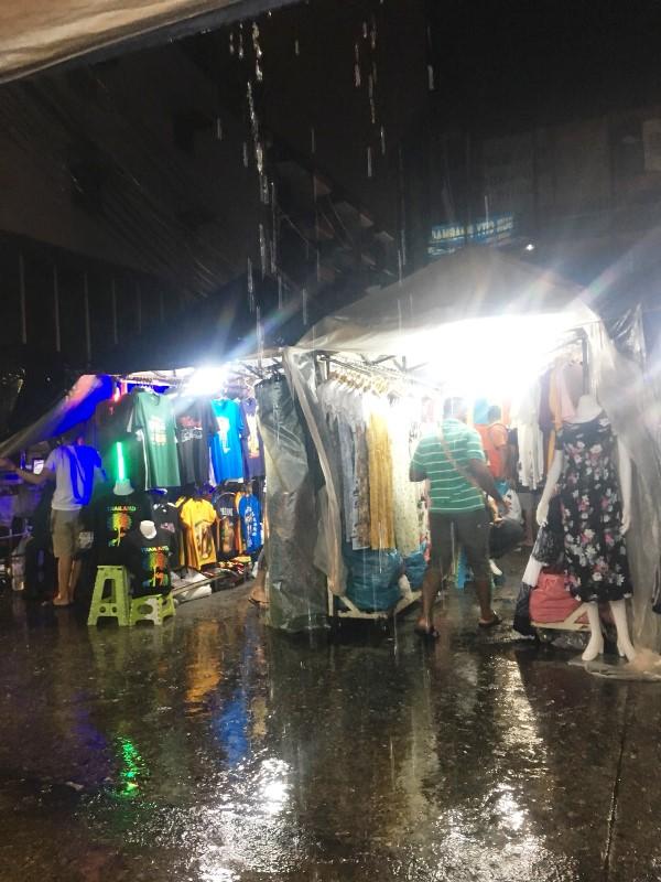 雨のバンコク ナイトマーケット