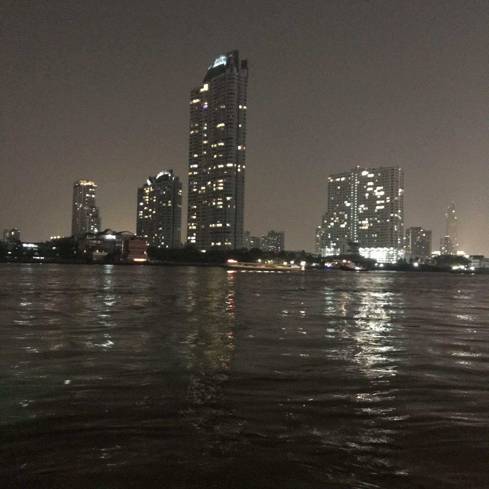 夜のチャオプラヤー川