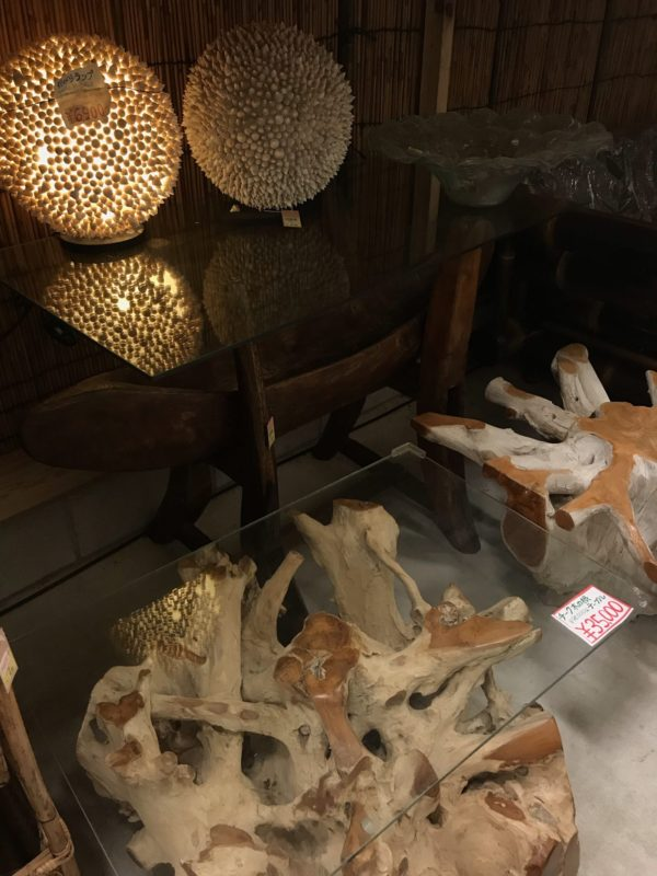チークの根のガラステーブル